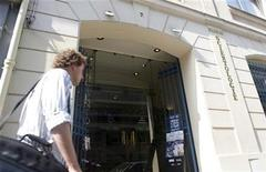 <p>A man passes by the entrance to the Church of Scientology in Paris May 25,2009. REUTERS/Gonzalo Fuentes</p>