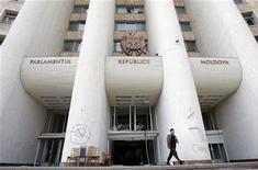 <p>Вид на здание парламента в Кишиневе 9 апреля 2009 года. Власти Молдавии не смогли опровергнуть обвинения оппозиции в фальсификации парламентских выборов 5 апреля, после которых в Кишиневе вспыхнули беспорядки и было подорвано доверие к избирательной системе, сообщила Организация по безопасности и сотрудничеству в Европе (ОБСЕ). REUTERS/Denis Sinyakov</p>