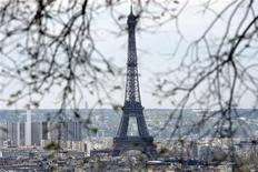 <p>Вид на Эйфелеву башню в Париже 10 апреля 2009 года. Сидней был признан городом с самыми дружелюбными жителями, несравненным качеством жизни, климатическими условиями и видами, но первое место он уступил Парижу, который признали более интересным, свидетельствуют данные опроса. REUTERS/Charles Platiau</p>