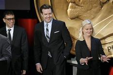 """<p>El actor Jason Sudeikis (centro) junto a otros actores del programa """"SNL"""" Fred Armisen (izq) y Amy Poehler, durante la ceremonia de los premios George Foster Peabody Award en Nueva York, 18 mayo 2009. Jason Sudeikis, actor de los programas de la televisión estadounidense """"Saturday Night Live"""" y """"30 Rock"""", se unió al elenco del proyecto de comedia de Columbia Pictures """"Bounty Hunter"""", con Jennifer Aniston y Gerard Butler. REUTERS/Lucas Jackson/Archivo</p>"""