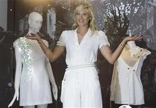 <p>Tenista russa Maria Sharapova posa para a mídia provomendo roupa na butique Liberty em Londres. 17/06/2009. REUTERS/Stefan Wermuth</p>