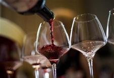 """<p>Официант наливает бокал испанского вина на выставке в Гонконге 28 мая 2008 года. Испанский бар """"Casa Pocho"""" поощряет клиентов, ругающихся на официантов, работающих в этом заведении, и предлагает бесплатную выпивку за самое оригинальное или смешное оскорбление. REUTERS/Victor Fraile</p>"""