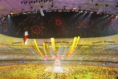 <p>Image de la cérémonie de clôture des Jeux olympiques de Pékin. L'organisation de l'événement a globalement dégagé un bénéfice opérationnel supérieur à un milliard de yuans (105 millions d'euros). /Photo prise le 24 août 2008/REUTERS/Eric Gaillard</p>