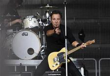 <p>El cantante estadounidense Bruce Springsteen en un concierto en Koengen, Noruega, 9 jun 2009. Bruce Springsteen tocará más tiempo del habitual y el sol brillará este año en el mayor festival de arte y música del mundo, afirmó el fundador del Festival de Glastonbury, Michael Eavis. REUTERS/Marit Hommedal/Scanpix Norway</p>