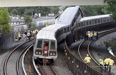 <p>Люди работают на месте крушения поездов метро в Вашингтоне 22 июня 2009 года. Два поезда столкнулись в метрополитене Вашингтона в понедельник во время вечернего часа пик, в результате чего погибли шесть человек, а 70 были ранены. REUTERS/Yuri Gripas</p>