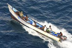 <p>Пиратская лодка у порта Босассо 16 июня 2009 года. Сомалийские пираты освободили грузовое судно Marathon, на борту которого находятся восемь украинцев, сообщило Министерство иностранных дел Украины. REUTERS/NATO/Handout</p>