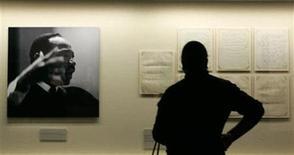 <p>Un visitante observa documentos de la colección de la Universidad Morehouse de Martín Luther King, Jr. en el Centro de Historia de Atlanta, en Georgia, 15 ene 2007. Los libros descatalogados y los escritos de Martin Luther King volverán a las estanterías a partir del año que viene, a raíz de un acuerdo alcanzado entre una editorial estadounidense y la familia del líder negro de los derechos civiles. REUTERS/Tami Chappeli/Archivo</p>