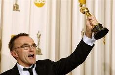 """<p>English director Danny Boyle holds up his Oscar for best director for """"Slumdog Millionaire"""" backstage at the 81st Academy Awards in Hollywood, California, February 22, 2009. REUTERS/Mike Blake</p>"""