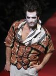 <p>Модель демонстрирует коллекцию Вивьен Вествуд на показе весна/лето 2010 в Милане 21 июня 2009 года. Рынок мужской одежды, особенно в части продаж костюмов и галстуков, тяжело пострадал от мирового финансового кризиса и вряд ли восстановится в ближайшее время. REUTERS/Stefano Rellandini</p>