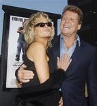 """<p>Foto de archivo de la actriz Farrah Fawcett junto a su pareja Ryan O'Neal durante el estreno de """"Malibu's Most Wanted"""" en Hollywood, EEUU, 10 abr 2003. La actriz estadounidense de amplia sonrisa y abundante cabello rubio Farrah Fawcett, reconocida por su papel en la serie """"Charlie's Angels"""", falleció el jueves a los 62 años tras una larga batalla contra el cáncer, dijo su novio Ryan O'Neal. REUTERS/Jim Ruymen/Files</p>"""