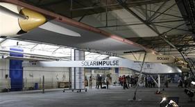 <p>Aeronave Solar-Impulse em cerimônia de lançamento em Duebendorf, Suíça. O avião tem 61 metros de largura e é movido a energia solar.</p>