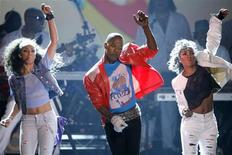 """<p>Host Jamie Foxx (C) and dancers perform to Michael Jackson's """"Beat IT"""" at the BET Awards '09 in Los Angeles June 28, 2009. REUTERS/Mario Anzuoni</p>"""