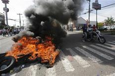 <p>Сторонники свергнутого путчистами президента Гондураса Мануэля Селайи жгут автомобильные покрышки у резиденции главы государства в Тегусигальпе 28 июня 2009 года. Сторонники свергнутого путчистами президента Гондураса Мануэля Селайи воздвигли баррикады рядом с президентским дворцом в центре столицы, где время от времени раздаются выстрелы. REUTERS/Oswaldo Rivas</p>
