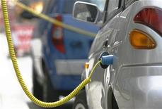 <p>Electric powered G-Wiz cars are charged at the roadside in central London April 18, 2009. REUTERS/Luke MacGregor</p>