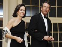 <p>Губернатор Южной Каролины Марк Сэнфорд вместе со своей женой Дженни на приеме в Белом доме в Вашингтоне 22 февраля 2009 года. Американские женщины всячески показывают, что публично поддерживать своего мужа в тяжелые времена - уже не модно. REUTERS/Jonathan Ernst</p>