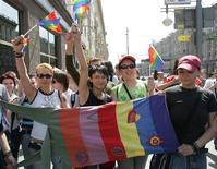 <p>Защитники прав геев на акции протеста в Москве 27 мая 2007 года. Защитники прав геев планируют нарушить запрет и провести в Москве митинг в защиту однополых браков во время визита президента США Барака Обамы на следующей неделе, заявил один из лидеров движения в понедельник. REUTERS/Sergei Karpukhin</p>