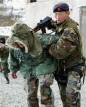 """<p>Боец спецподразделения """"Эдельвейс"""" Национальной гвардии Киргизии на учениях под Бишкеком 17 марта 2006 года. Столкновения служб безопасности с боевиками в Киргизии продолжились, несмотря на масштабную операцию спецназа. Политики говорят, что в страну просачиваются исламистские экстремисты из Афганистана, а власти уповают на военную базу США как щит от вооруженных оппонентов. REUTERS/Vladimir Pirogov</p>"""