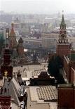 """<p>Вид на Красную площадь с крыши гостиницы """"Интурист"""" в Москве 7 марта 2002 года. Мировая экономика нащупала дно и завершает падение, в то время как России угрожает вторая волна кризиса на фоне резкого спада промышленного производства, проблем в банковском секторе и сокращения расходов бюджета. REUTERS/Alexander Natruskin</p>"""