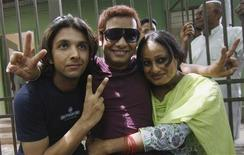 <p>Gay rights activists show victory signs outside the High Court in New Delhi July 2, 2009.REUTERS/Adnan Abidi</p>