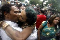 <p>Homosexuals kiss during a rally in Mumbai July 2, 2009. REUTERS/Arko Datta</p>