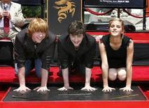 """<p>Imagen de archivo de los actores de la serie cinematogrófica de Harry Potter, Daniel Radcliffe (centro), Rupert Grint (izq) y Emma Watson, en Hollywood, California, 9 jul 2007. El niño mago Harry Potter vuelve a los cines este mes con la sexta entrega de la saga cinematográfica, y el estudio Warner Bros. parece tener garantizada otra bonanza en la taquilla. """"Harry Potter y el misterio del Príncipe"""" llega a las pantallas el 15 de julio, prometiendo mucha acción, oscuras y peligrosas batallas con las fuerzas del mal, romances primerizos en la escuela para magos Hogwarts y la anunciada muerte de un personaje importante. REUTERS/Mario Anzuoni/Archivo</p>"""