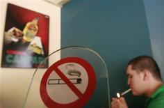 "<p>""O ato de fumar começa a aumentar gradativamente entre os 18 e 24 anos de idade"", disse o professor Robin Mermelstein REUTERS/John Kolesidis</p>"