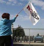 """<p>Una manifestante del comitato """"No Dal Molin"""" durante una protesta contro l'allargamento della base statunitense a Vicenza. REUTERS/Dario Pignatelli</p>"""