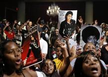 <p>Fans remember Michael Jackson during the Michael Jackson public memorial at Apollo Theater in New York June 30, 2009. REUTERS/Lucas Jackson</p>