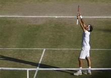 <p>O suíço Roger Federer comemora sua vitória sobre o americano Andy Roddick na final do torneio de tênis de Wimbledon, em Londres. REUTERS/Julian Finney/Pool</p>
