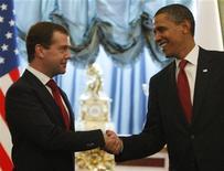 <p>Президент России Дмитрий Медведев (слева) поживает руку президенту США Бараку Обаме на встрече в Кремле 6 июля 2009 года. Американские компании готовы увеличить инвестиции в Россию, если на российско-американском саммите будет сделан прогресс в геополитических вопросах, а РФ улучшит правовое регулирование. REUTERS/Jim Young</p>