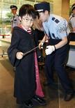 """<p>Una agente de seguridad registra a un niño durante el estreno de""""Harry Potter y el Misterio del Príncipe"""" en Tokio, 6 jul 2009. La comedia romántica se une al mundo de magos en """"Harry Potter y el Misterio del Príncipe"""", la sexta entrega de la exitosa franquicia cinematográfica en la que las hormonas, además de los hechizos, andan sueltas en la escuela de Hogwarts. REUTERS/Kim Kyung-Hoon</p>"""