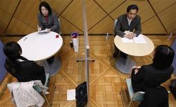 <p>Сотрудники центра занятости обучают клиентов навыкам прохождения собеседований в Токио 31 января 2009 года. Безработная японка в среду была арестована за поджог сотрудницы агентства по трудоустройству из-за того, что последняя не смогла найти ей работу. REUTERS/Yuriko Nakao</p>