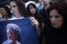 """<p>Seguidores reunidos afuera del estadio Staples Center en Los Angeles, 7 jul 2009. El extravagante duelo por Michael Jackson tiene a algunos críticos preguntándose si el estrellato global del cantante de pop podría repetirse alguna vez, en una era de internet que ofrece infinitas opciones de entretenimiento. La repentina muerte de Jackson el 25 de junio provocó una oleada de elogios para el vocalista, cuyo álbum de 1982 """"Thriller"""" es el disco más vendido de todos los tiempos, con ventas estimadas de 50 millones de copias. REUTERS/Eric Thayer</p>"""