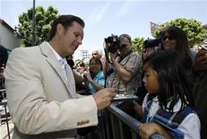 <p>Television producer Mark Burnett signs autographs after accepting a star on the Walk of Fame in Hollywood, California July 8, 2009. REUTERS/Mario Anzuoni</p>