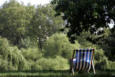 <p>Les hommes en slip de bain moulants qui s'accaparent les chaises longues au bord des piscines et urinent dans l'eau avant de fumer une cigarette sont le cauchemar des vacanciers américains, selon un sondage réalisé par le site de voyage TripAdvisor. /Photo d'archives/REUTERS/Luke MacGregor</p>