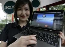 <p>Una modelo muestra un odenador portátil de Acer con el sistema operativo Google Android en la Computex 2009 en Taipéi, 2 jun 2009. Los netbooks de bajo costo darían a Google la plataforma que necesita lograr que el nuevo sistema operativo que está cocinando lastime el dominio del gigante Microsoft. REUTERS/Pichi Chuang</p>
