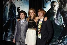 <p>Emma Watson, che nel film interpreta Hermione, in mezzo a Rupert Grint (Ron, a destra) e Daniel Radcliffe (Harry, a sinistra). REUTERS/Jamie Fine (UNITED STATES ENTERTAINMENT IMAGES OF THE DAY)</p>