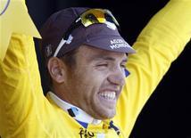 <p>Rinaldo Nocentini in maglia gialla. REUTERS/Charles Platiau (ANDORRA SPORT CYCLING)</p>