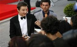 <p>U.S. actor Jeremy Renner signs autographs on the red carpet at the Venice Film Festival in this September 4, 2008 file photo. REUTERS/Max Rossi</p>