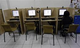 <p>Женщина сидит в интернет-кафе в Мадриде 23 мая 2008 года. Президент Казахстана Нурсултан Назарбаев подписал законодательные поправки, ужесточающие контроль над интернетом и ущемляющие, по мнению правозащитников, свободу слова. REUTERS/Andrea Comas</p>