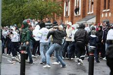 <p>Подростки забрасывают камнями полицию, охраняющую парад Ордена Оранжистов в северном Белфасте 13 июля 2009 года. , Радикально настроенные североирландские подростки атаковали в понедельник полицию, охранявшую парад пробританского Ордена Оранжистов в католическом районе Белфаста, сообщила полиция. REUTERS/Stringer</p>