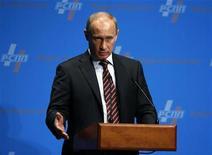 """<p>Премьер-министр РФ Владимир Путин выступает на Японо-российском деловом форуме в Токио 12 мая 2009 года. Доходы федерального бюджета РФ """"в обозримой перспективе"""" будут на уровне 16 процентов ВВП - от 6,5 до 7,5 триллиона рублей ежегодно, то есть на треть меньше, чем в 2008 году, сказал во вторник премьер РФ Владимир Путин на встрече с членами Совета Федерации. REUTERS/Yuriko Nakao</p>"""