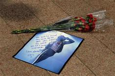 <p>A tribute to Michael Jackson lies on the ground outside the O2 Arena in London June 26, 2009. REUTERS/Nigel Roddis</p>