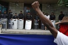 <p>Un partidario del expulsado presidente de Honduras Manuel Zelaya grita unos cánticos afuera de la embajada de Estados Unidos en Tegucigalpa, 14 jul 2009. La primicia fue dramática, una conversación en vivo con el derrocado presidente de Honduras, Manuel Zelaya, desde la cabina del avión que intentaba aterrizar en la pista donde se enfrentaban soldados y seguidores del líder en el aeropuerto de la capital. REUTERS/Tomas Bravo</p>