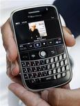 """<p>Новая модель смартфона BlackBerry """"Bold"""" перед презентацией на ежегодном собрании акционеров компании Research in Motion в канадском городе Ватерлоо 15 июля 2008 года. Детский вопрос поставил в тупик создателей популярного смартфона BlackBerry, ставшего для большого числа высокопоставленных менеджеров такой же обычной частью костюма, как авторучка или визитница. REUTERS/Mike Cassese</p>"""