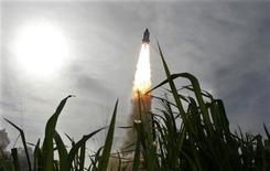 <p>El transbordador espacial Endeavour durante su despegue desde el centro espacial Kennedy en Cabo Cañaveral, EEUU, 15 jul 2009. El transbordador espacial estadounidense Endeavour despegó el miércoles desde su base en Florida tras un mes de retrasos, en una misión para transportar y instalar una plataforma para experimentos científicos en la Estación Espacial Internacional. REUTERS/Pierre Ducharme</p>