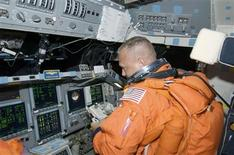 <p>Foto divulgada pela Nasa com o astronauta Doug Hurley no ônibus espacial Endeavour. 15/07/2009. REUTERS/NASA/Divulgação</p>