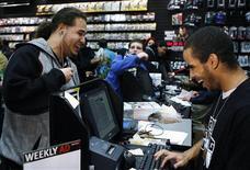 """<p>Cliente compra """"Grand Theft Auto IV"""" em loja da GameStop em Nova York. As vendas de equipamentos e software de videogame nos Estados Unidos caíram 31 por cento, para 1,17 bilhão de dólares, em junho, informou o grupo de pesquisa NPD na quinta-feira, o que representa a maior queda desde 2000.</p>"""