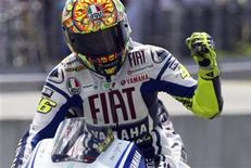 <p>Valentino Rossi sulla sua Yamaha al traguardo del GP di Germania. REUTERS/Thomas Peter</p>