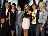 """<p>Una parte del cast del nuovo """"Harry Potter e il Principe Mezzosangue"""": da sinistra, Michael Gambon, Bonnie Wright, Daniel Radcliffe, Emma Watson, Rupert Grint, Tom Felton, e (in basso) Warwick Davies, alla prima del film a New York. REUTERS/Jamie Fine</p>"""